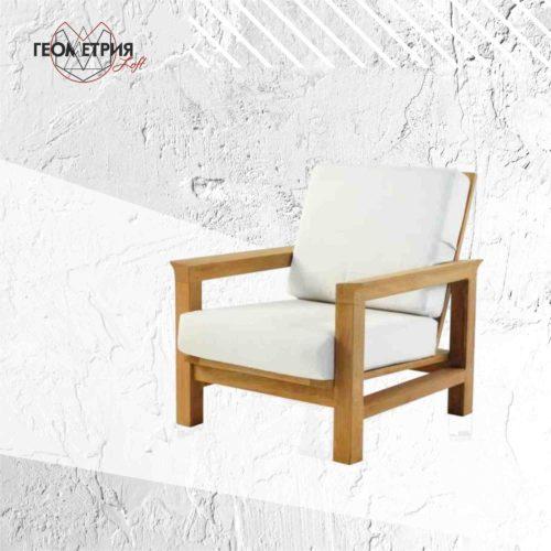 Кресло с подлокотниками из дерева