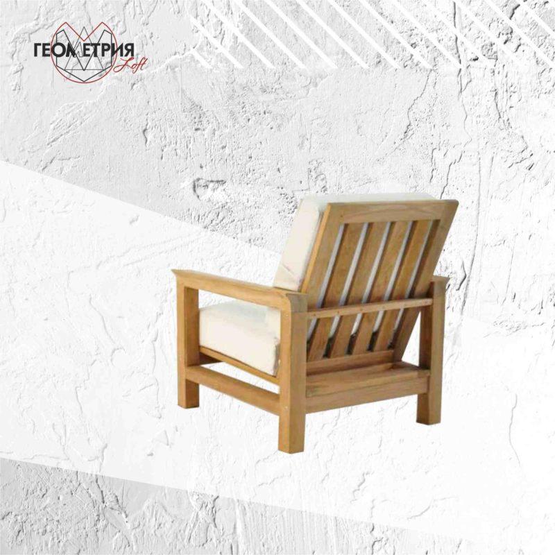 Кресло с подлокотниками из дерева для кафе