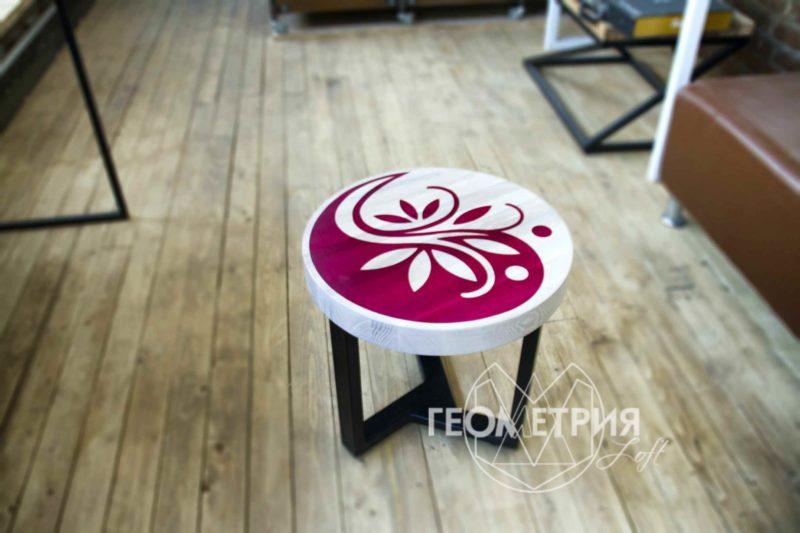 Круглый кофейный столик из ясеня с рисунком из смолы 1