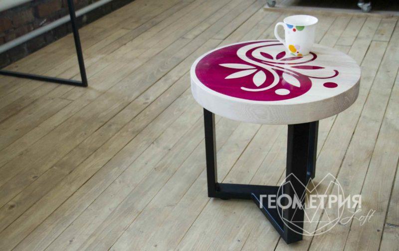 Круглый кофейный столик из ясеня с рисунком из смолы 2