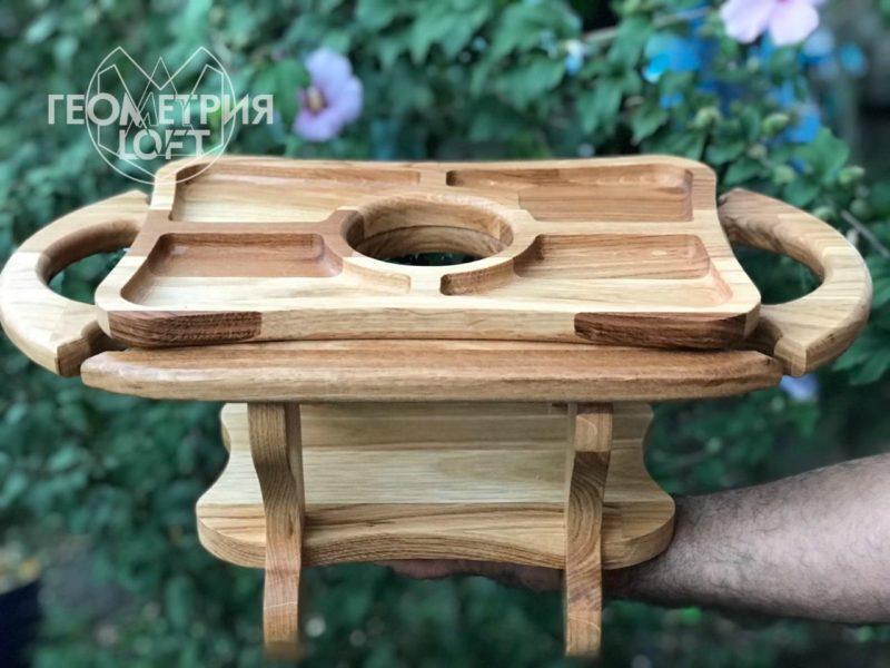 Столик из натурального дерева для вина